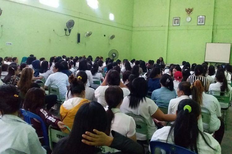 Para WPS menunggu pemberian tali asih penutupan lokalisasi Sunan Kuning dari Pemkot Semsrang di aula Resosialisasi Argorejo, Semarang, Kamis (10/10/2019).