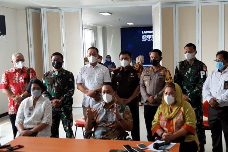 Wali Kota Semarang Hendrar Prihadi dan Wakil Wali Kota Semarang Hevearita G Rahayu saat konferensi pers di Puskesmas Pandanaran, Kamis (14/1/2021).