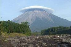 Gunung Semeru Tampak Cantik Bertopi, Fenomena Apa?