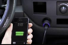 Mengapa Cas Baterai Ponsel pada Colokan Mobil Justru Tidak Dianjurkan?