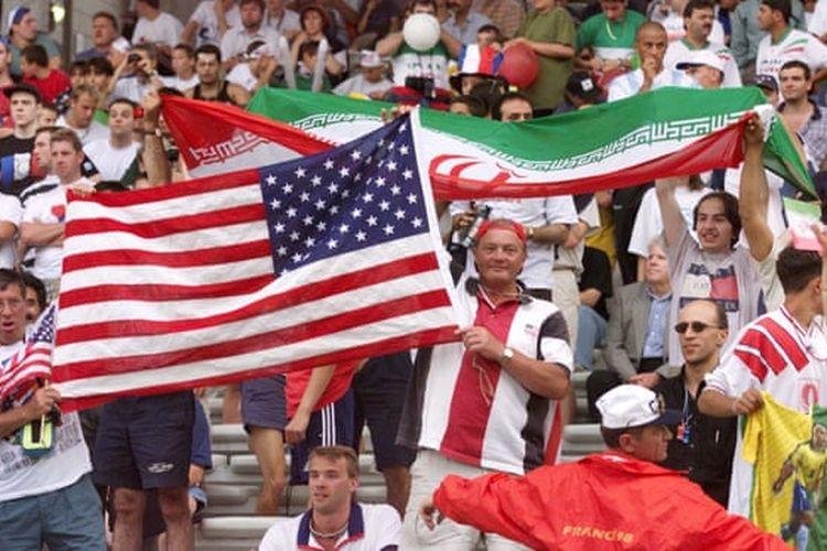 Para suporter yang menyaksikan langsung laga penyisihan grup F Piala Dunia 1998 antara timnas Iran vs Amerika Serikat di Stade de Gerland, Lyon, 21 Juni 1998.