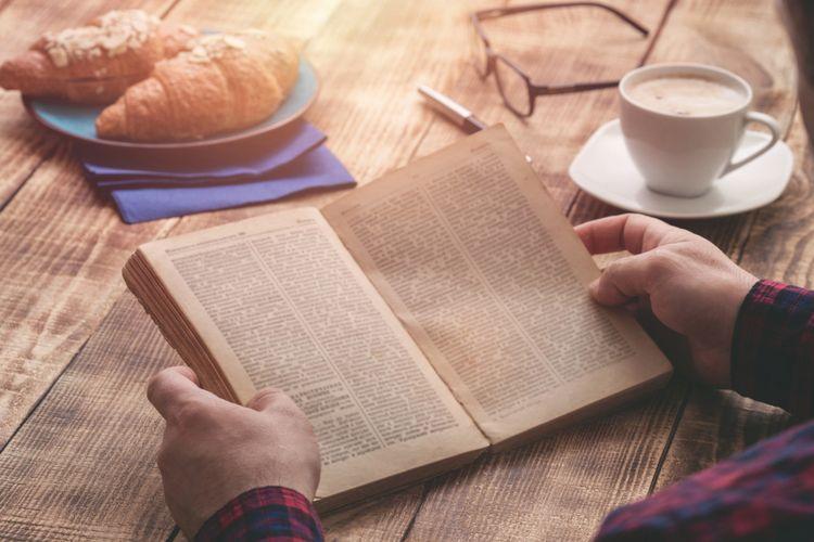 Ilustrasi membaca buku
