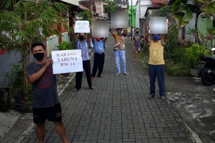 Warga RW 14 Perum Sehati Salatiga menyambut kesembuhan salah seorang warganya.