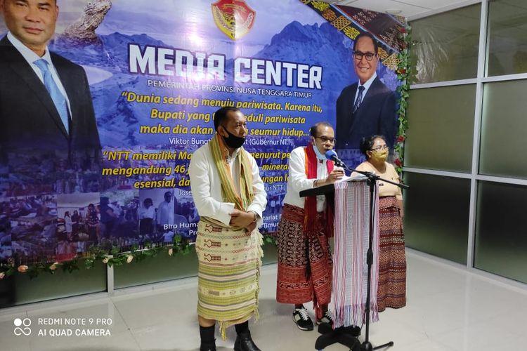 Kepala Dinas Pekerjaan Umum dan Penataan Ruang (PUPR) NTT Maxi Nenabu (tengah) didampingi Kepala Biro Humas Setda NTT Marius Ardu Jelamu (kiri), saat memberikan keterangan pers kepada wartawan di Ruang Media Center, Kantor Gubernur, Selasa (1/9/2020).