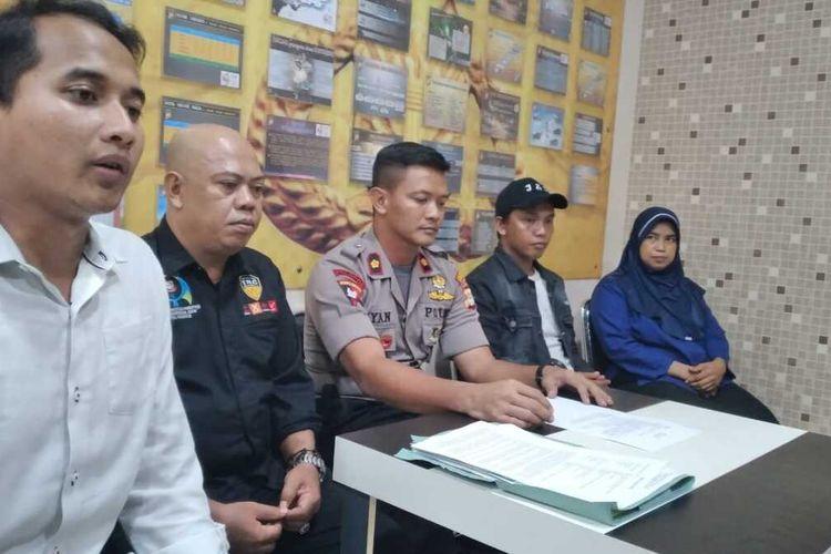 Kapolsek Biringkanaya Kompol Wayan Wayracana Aryawan (tengah) bersama tim P2TP2A Kota Makassar dan M, ibu penampar siswi SD saat konferensi pers di kantor Polsek Biringkanaya, Senin (6/1/2019).