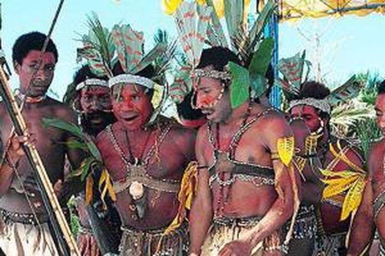 Puncak acara Festival Danau Sentani ke-7, 2014, sebagaimana festival sebelumnya, berupa pemaparan tari-tarian peragaan upacara-upacara adat. Tarian umumnya mengambarkan kegiatan rumah tangga adat, yakni berburu, menjala ikan, dan bersyukur pada Sang Pencipta