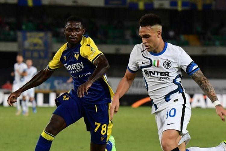 Penyerang Inter Milan Lautaro Martinez (kanan) berduel dengan gelandang Hellas Verona Martin Hongla dalam pertandingan lanjutan Serie A, kasta tertinggi Liga Italia, di Stadion Marcantonio Bentegodi, Sabtu (28/8/2021) dini hari WIB.