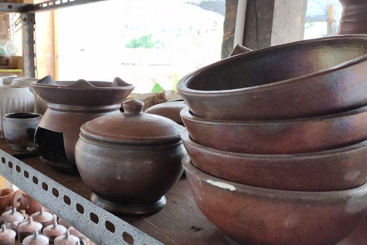 Hasil kerajinan gerabah yang dijual di Kelompok Gerabah Arum Art mulai dari piring, tempat sambal, dan berbagai perlengkapan lainnya. Pemilik kelompok gerabah, Supoyo mengatakan jika ia biasa memasarkan kepada hotel-hotel atau restoran sekitar kawasan Candi Borobudur.