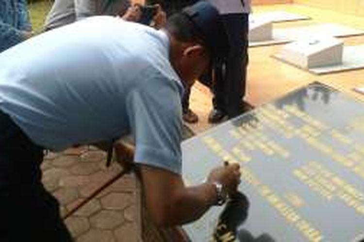 Panglima Komando Operasi TNI Angkatan Udara I Marsekal Muda TNI Yuyu Sutisna menandatangani prasasti di makam massal jatuhnya pesawat di Jalan Adi Sucipto Medan, Senin (18/7/2016)
