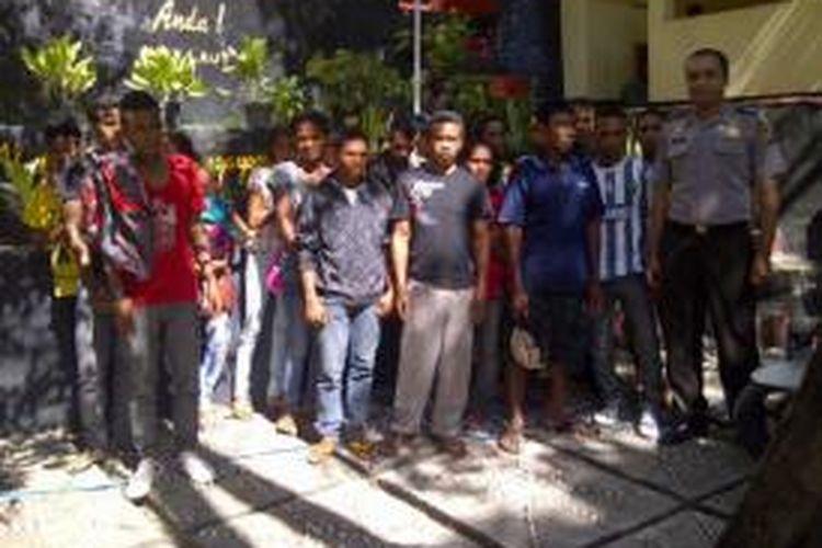 30 orang calon Tenaga Kerja Ilegal (TKI) dari tiga Kabupaten di NTT yang hendak diberangkatkan ke Malaysia, saat diamankan di markas Polres Kupang Kota