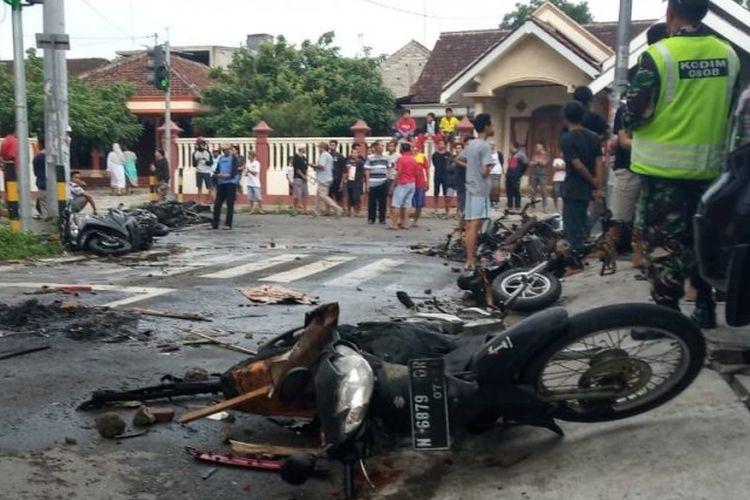 Sejumlah rangka kendaraan setelah terbakar saat bentrok antara pendukung Persebaya dan Arema dalam semifinal Piala Gubenur Jawa Timur 2020 di Kota Blitar, Jawa Timur, Selasa (18/2/2020)