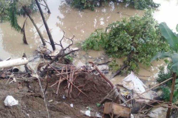 Dua rumah di Kampung Gempol Anjun, Kelurahan Tanjungpura, Kecamatan Karawang Barat, Kabupaten Karawang rusak akibat longsornya  tebing Sungai Citarum, Minggu (2/3/2020)
