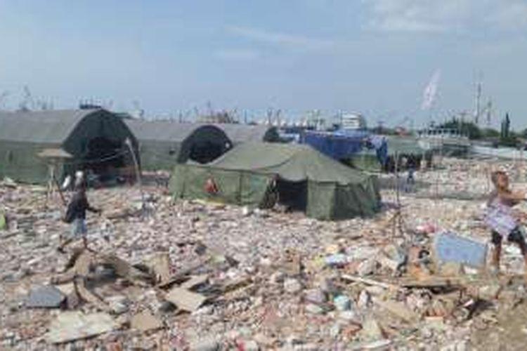 Senin (9/5/2016), pasca penertiban di Pasar Ikan, Penjaringan, Jakarta Utara, ada sekitar 7 tenda serta belasan gubuk berukuran 3x4  yang telah berdiri