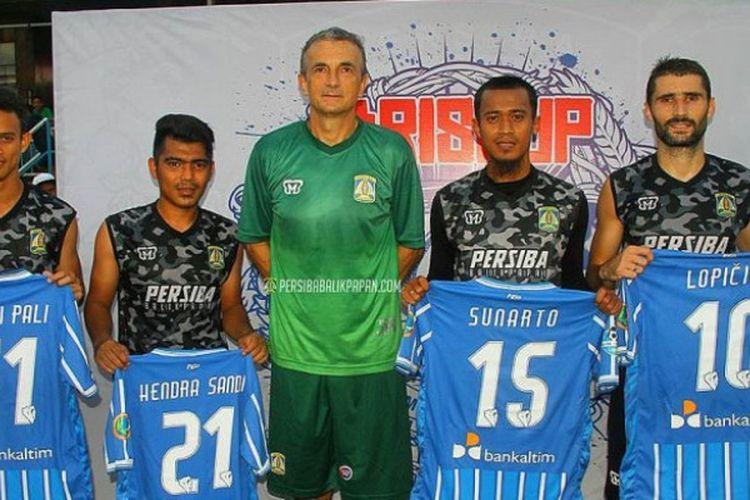 Pelatih Persiba Balikpapan, Milomir Seslija (tengah) diapit empat pemain baru timnya (kiri-kanan): Maldini Pali, Hendra Sandi, Sunarto, dan Srdjan Lopicic.