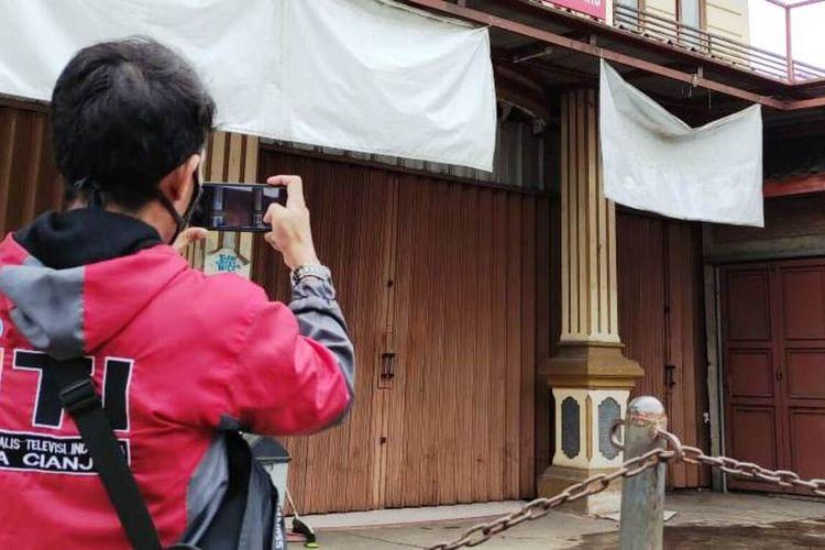 Seorang wartawan sedang mengambil gambar kediaman rumah terduga pembuat konten parodi Indonesia Raya berinisial MDF (15) di daerah Desa Hegarmanah, Kecammatan Karangtengah, Cianjur, Jawa Barat, Jumat (1/1/2021)