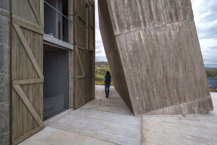 Sedangkan struktur ketiga yang dirancang miring merupakan ruang yang menghubungkan kedua balok sebelumnya.