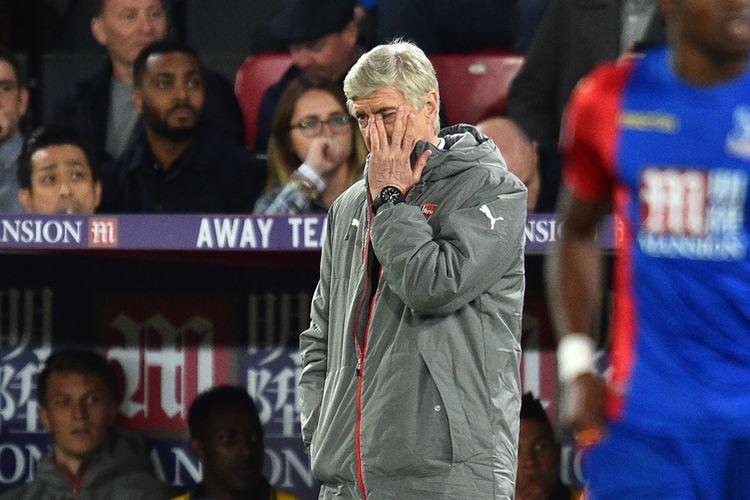 Ekspresi manajer Arsenal, Arsene Wenger, saat menyaksikan penampilan timnya melawan Crystal Palace di Selhurst Park pada 10 April 2017. Crystal Palace memenangi laga dengan skor 3-0.