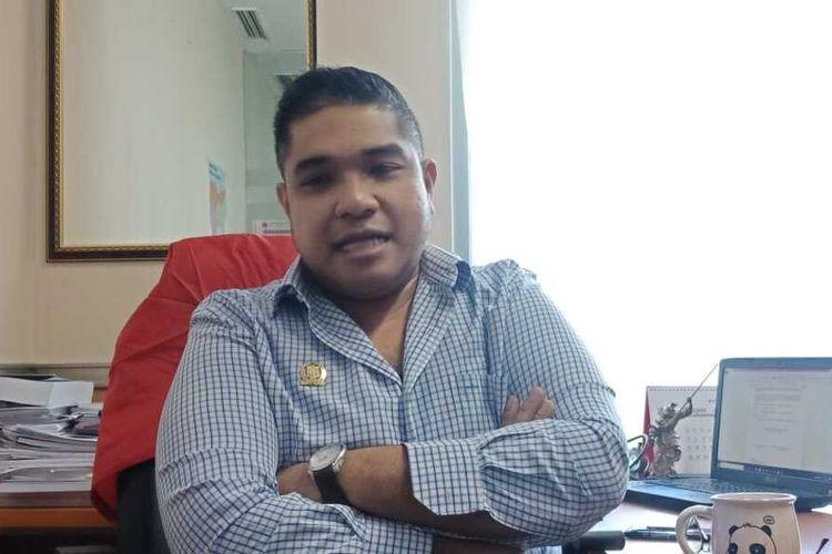 Wakil Ketua Fraksi PSI Justin Adrian di ruang Fraksi PSI, lantai 4, Gedung DPRD, Senin (10/2/2020)