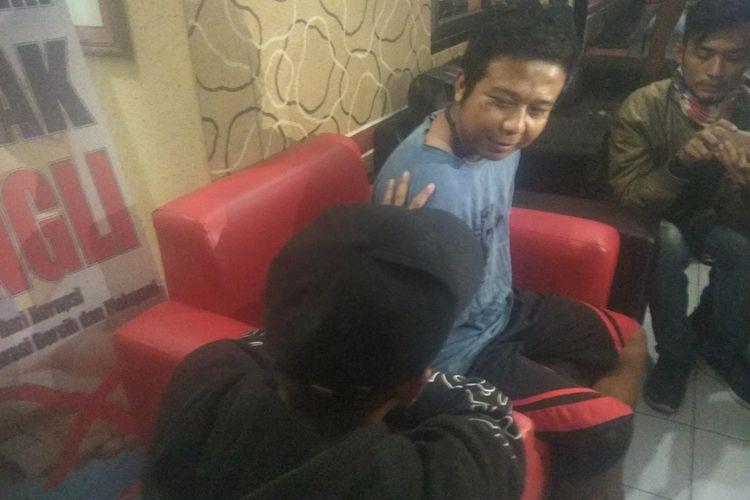 Pelaku pelemparan sperma saat dimintai keterangan petugas Satreskrim Polres Tasikmalaya Kota pasca ditangkap di lokasi persembunyiannya, Senin (18/11/2019).