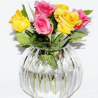 Ilustrasi bunga potong di dalam vas.