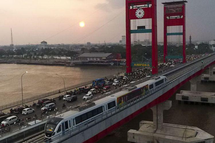 Rangkaian Light Rail Transit (LRT) Palembang melintas di atas Sungai Musi, Palembang, Sumatra Selatan, Senin (23/7/2018). Operasional LRT Palembang dengan penumpang dilakukan sejauh 24,5 km, dari Stasiun Dekranasda Jakabaring (DJKA) sampai Stasiun Bandara SMB II. Operasional tersebut masih terbatas stakeholder seperti petugas LRT, Dinas Perhubungan, dan instansi terkait lainnya.