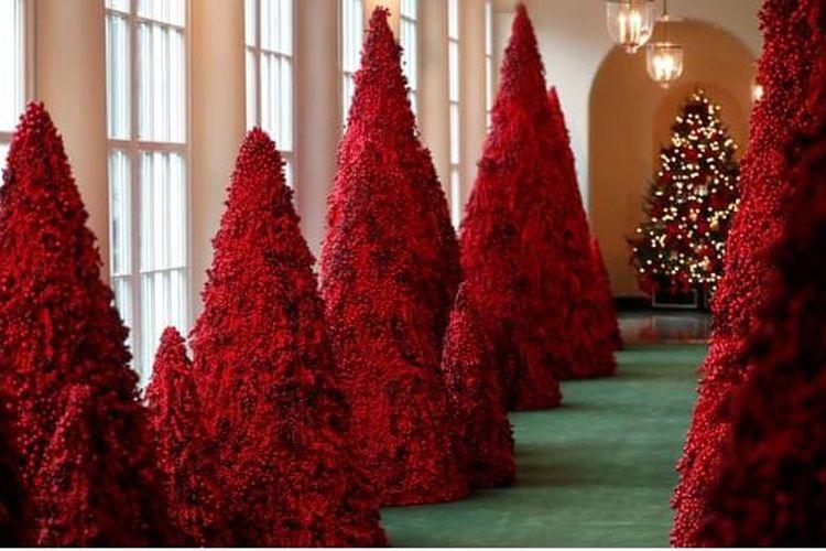 Pohon natal merah, ide dari Melania Trump hiasi salah satu lorong di Gedung Putih.