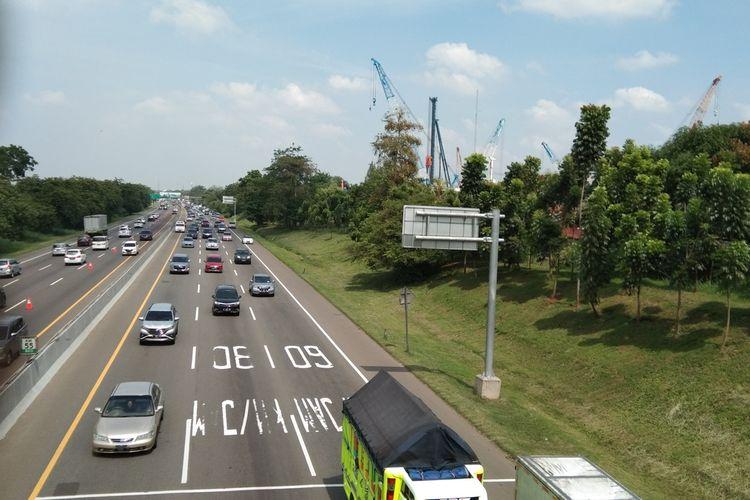 Hari kedua libur panjang, Rabu (29/10/2020) tol Jakarta-Cikampek terpantau padat.