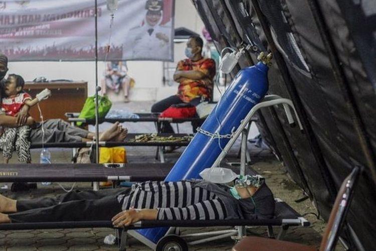 Pasien mendapatkan perawatan di tenda darurat Rumah Sakit Umum Daerah (RSUD) Cibinong, Kabupaten Bogor, Jawa Barat, Kamis (24/6/2021).