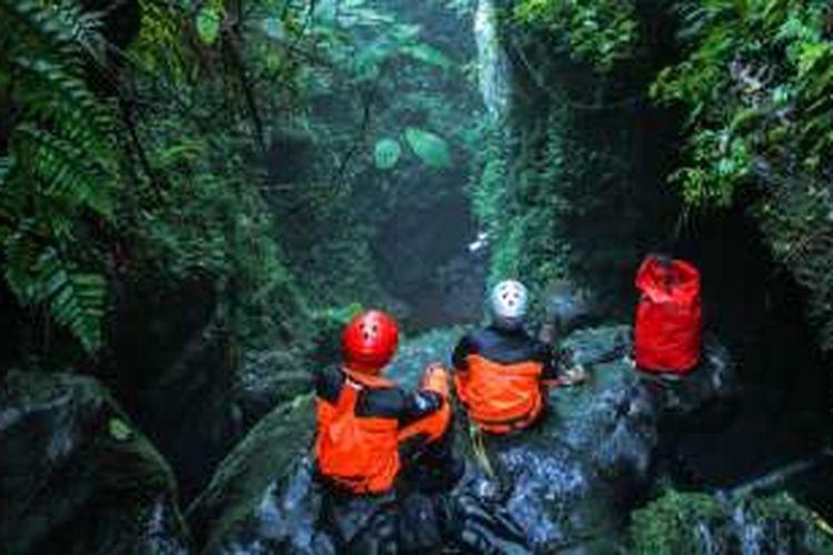 Menikmati keindahan air terjun sebelum melakukan aktivitas canyoning