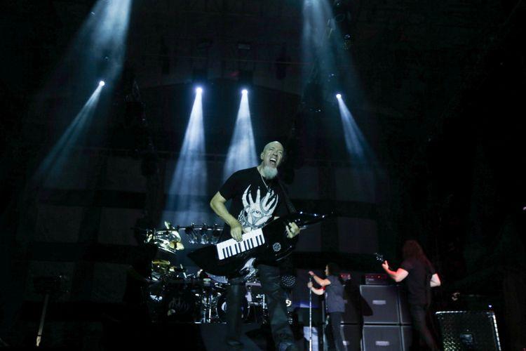 Personil Band Dream Theater, Jordan Rudess tampil di Festival Musik Rock JogjaRockarta di Stadion Kridosono, Yogyakarta, Jumat (29/9/2017). Jogjarockarta juga dimeriahkan band pembuka antara lain God Bless, Roxx, Power Metal, dan Death Vomit. KOMPAS IMAGES/KRISTIANTO PURNOMO