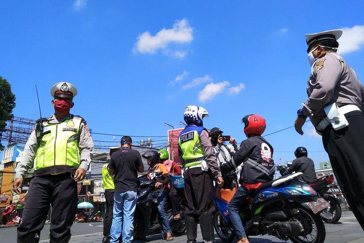 Pemudik yang berasal dari beberapa zona merah yang hendak masuk ke wilayah Kota Tasikmalaya dilakukan pendataan guna mencegah penyebaran virus corona, Jumat (10/4/2020).