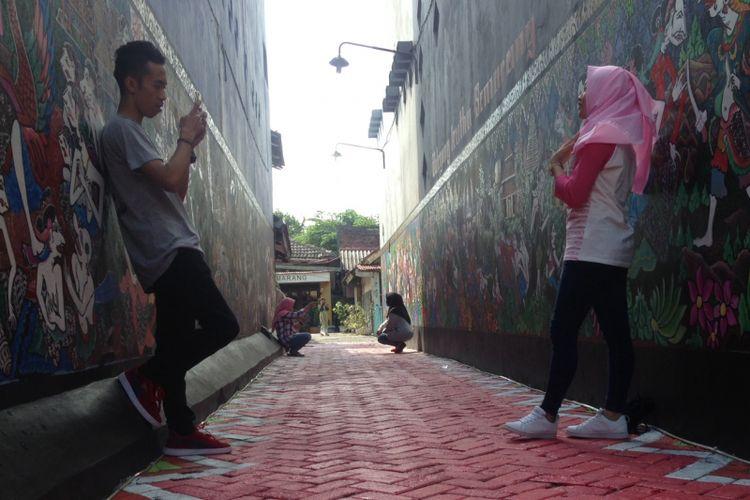 Wisatawan dari luar daerah banyak berkunjung ke Kampung Batik Tengah, Semarang pada libur Lebaran 2017. Kreativitas warga mampu mengubah wajah daerah kumuh menjadi kampung seni.