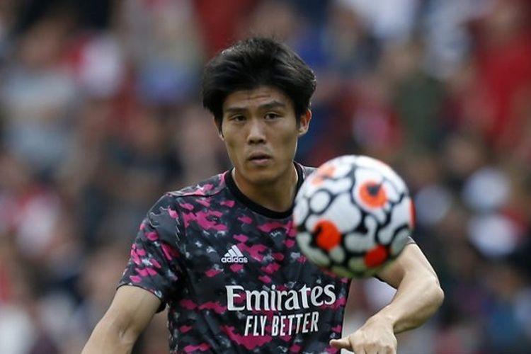 Bek Arsenal, Takehiro Tomiyasu, melakukan pemanasan sebelum laga lanjutan Liga Inggris kontra Tottenham Hotspur di Stadion Emirates, London, 26 September 2021.