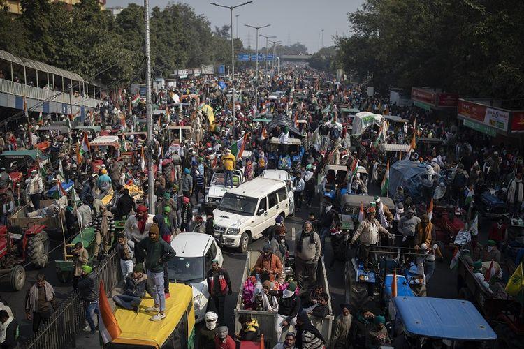 Para petani yang memprotes bergerak menuju Benteng Merah yang bersejarah setelah melanggar barikade polisi selama perayaan Hari Republik India di New Delhi, India, Selasa, 26 Januari 2021. Puluhan ribu petani mengemudikan konvoi traktor ke ibu kota India saat negara itu merayakan Hari Republik.