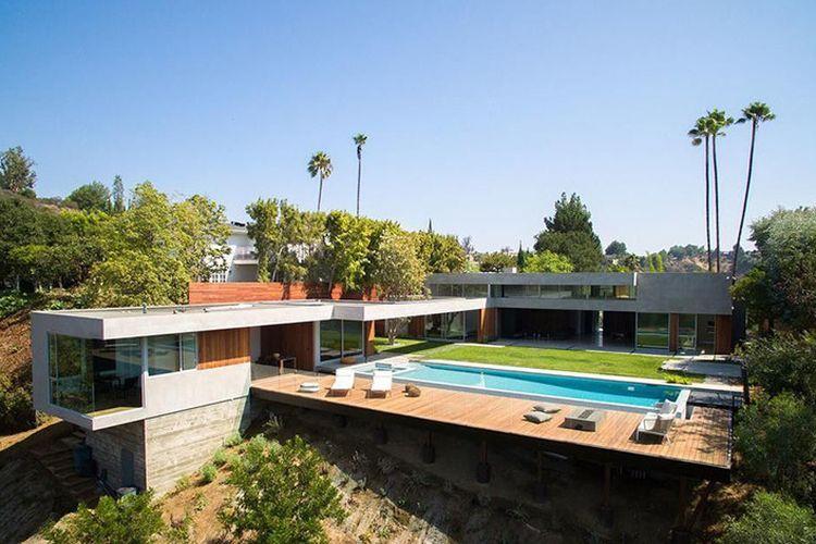 Rumah milik petenis asal Jepang, Naomi Osaka. Berlokasi di Beverly Hills, hunian ini mengusung gaya arsitektur abad pertengahan, yang memiliki banyak bukaan.