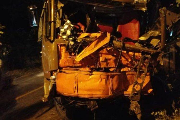 Truk bermuatan kedelai yang menabrak empat sepeda motor dan satu truk bermuatan air mineral di Jember, Kamis (13/8/2020).