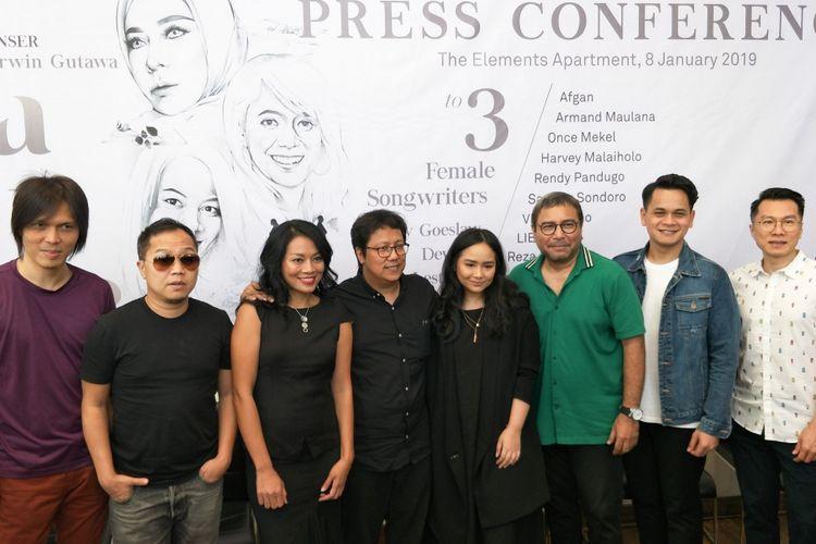 Komposer Erwin Gutawa bersama para pengisi acara Konser Salute to 3 Female Songswriters: Melly Goeslow, Dewiq dan Dee Lestari saat jumpa pers yang digelar di The Elements, Rasuna Said, Jakarta Selatan, Selasa (8/1/2019).