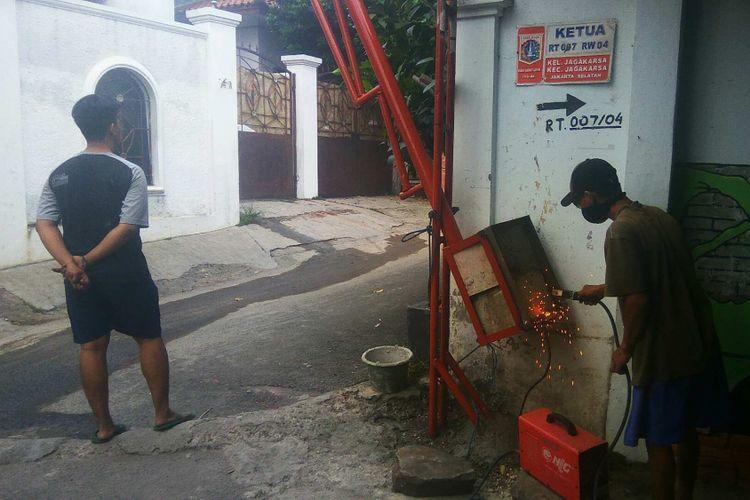 Portal dipasang di Jalan Musyawarah, Jagakarsa untuk mengahalau geng motor, Rabu (24/5/2017).