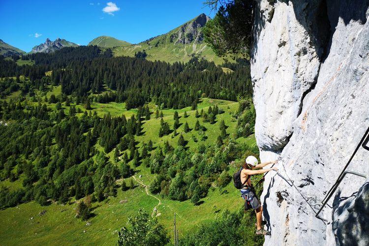Tempat wisata di Swiss - Seorang wisatawan sedang memanjat tebing di Glacier 3000.