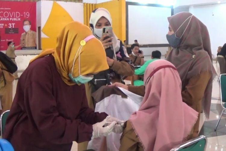 Vaksinasi di Gedung Gabungan Dinas Kabupaten Polewali Mandar, Sulawesi Barat, Senin (8/3/2021).