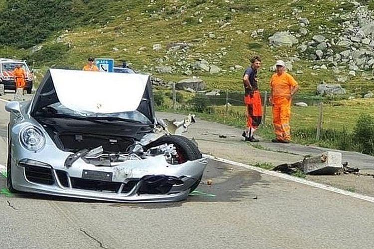 Tabrakan beruntun di Pegunungan Alpen Swiss pada Sabtu (15/8/2020), melibatkan Bugatti Chiron, Porsche 911 Cabriolet, Mercedes-Benz C-class, dan satu mobil tipe hatchback. Porsche mengalami kerusakan terparah.