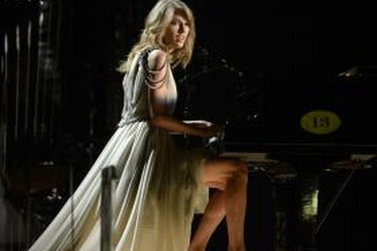 Penyanyi, pencipta lagu, dan pemain musik Taylor Swift tampil di panggung pergelaran Grammy Awards 2014 di Staples Center, Los Angeles, California, AS, 26 Januari 2014 waktu setempat.
