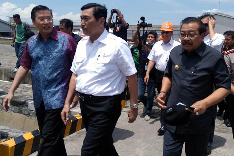 Menteri Koordinator Kemaritiman Luhut Binsar Pandjaitan (tengah), saat berkunjung ke Gresik dan Surabaya, Senin (20/3/2017).