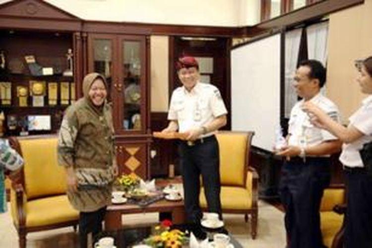 Wali Kota Surabaya Tri Rismaharini dan Direktur Utama PT KAI Ignasius Jonan membahas rencan pembangunan trem, Kamis (11/9/2014) di Balaikota Surabaya.