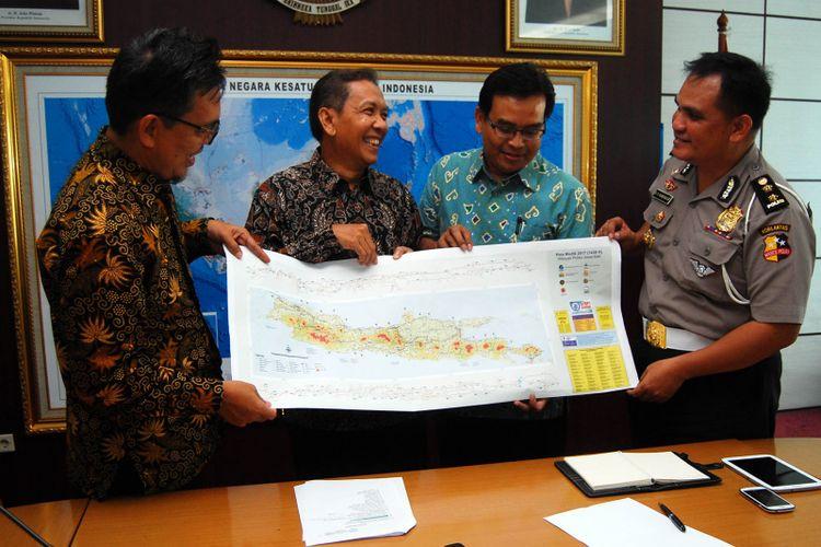Badan Informasi Geospasial (BIG) bersama Korps Lalu Lintas Mabes Polri dan Institut Teknologi Nasional (Itenas) meluncurkan peta jalur mudik 2017, di Gedung Badan Informasi Geospasial, Cibinong, Bogor, Jawa Barat, Rabu (7/6/2017).