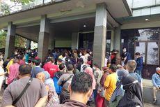 Vaksinasi Covid-19 di Puspemkot Tangerang Timbulkan Kerumunan Warga