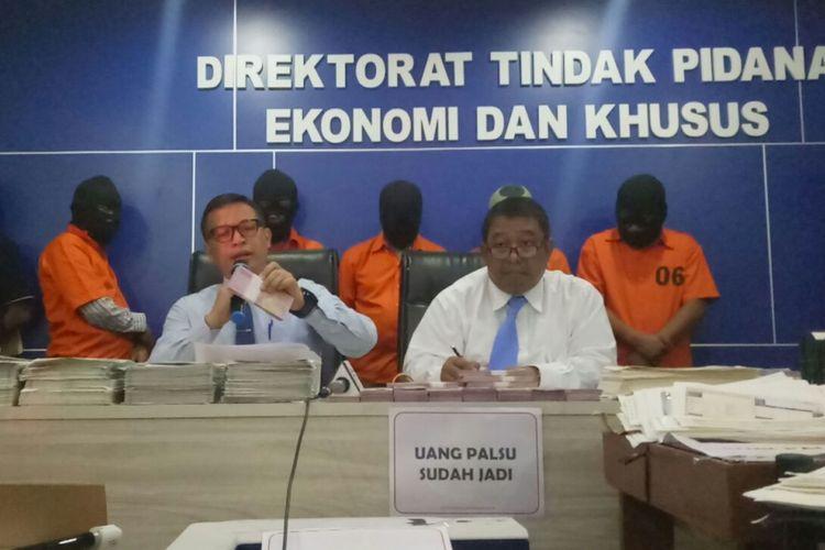 Direktur Tindak Pidana Ekonomi Khusus Brigjen Pol Agung Setya merilis penangkapan sindikat pemalsu uang di kantor Bareskrim Polri, Jakarta, Kamis (7/12/2017).
