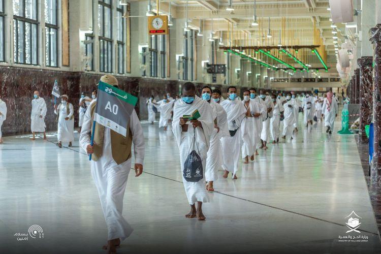 Para jemaah haji tengah melaksanakan sai dengan menerapkan social distancing