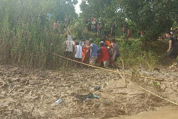 Tim SAR gabungan menemukan jenazah Randi Januar (29) yang sebelumnya tenggelam saat mencari udang di Sungai Citarum, Cabangbungin, Kabupaten Bekasi, Rabu (17/3/2021). Korban ditemukan pada Jumat (19/3/2021), sejauh 20 meter dari lokasi terperosok.