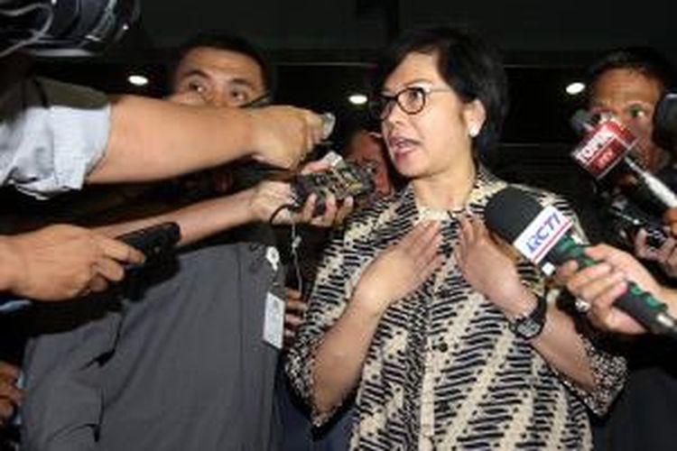 Dirut Pertamina Karen Agustiawan (kanan) menjawab pertanyaan wartawan usai menjalani pemeriksaan oleh Komisi Pemberantasan Korupsi di Jakarta, Senin (27/1/2014). Karen diperiksa terkait dugaan pemberian hadiah di Kementrian ESDM dengan tersangka mantan Sekjen Kemntrian ESDM Waryono Karno. (TRIBUNNEWS/DANY PERMANA)